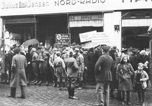Aufnahme anläßlich des Boykotts jüdischer Geschäfte am 1. April 1933 in Flensburg